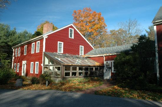 Stow, MA: Outside view of the Amerscot House Inn