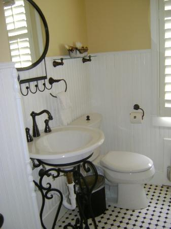 Chamberlin Inn: The bathroom in Rm 16
