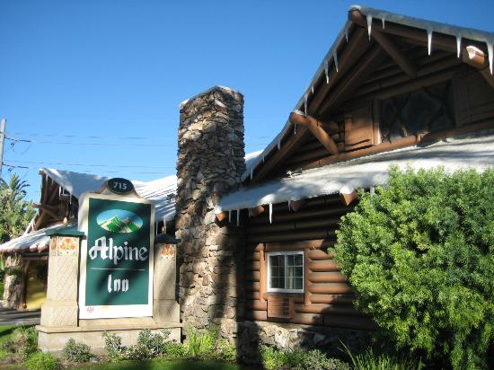 Alpine Inn: Front of motel: a bit deceiving.
