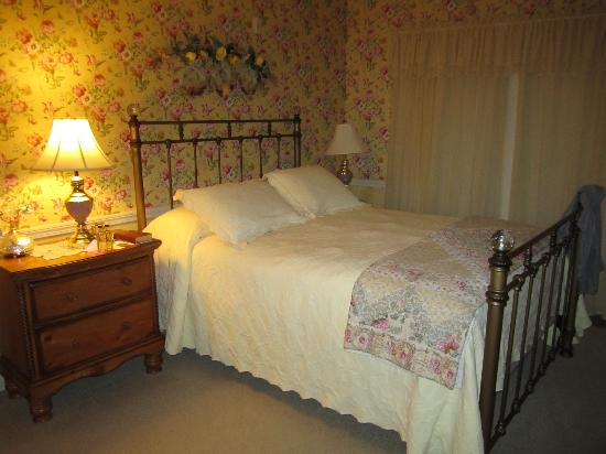 Primrose Inn: Bed in room #10