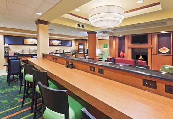 Fairfield Inn & Suites Tulsa Southeast/Crossroads Village: Breakfast Bar
