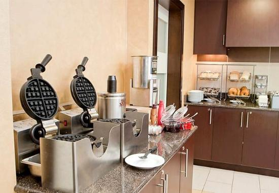 Residence Inn Lexington Keeneland / Airport: Waffle Bar