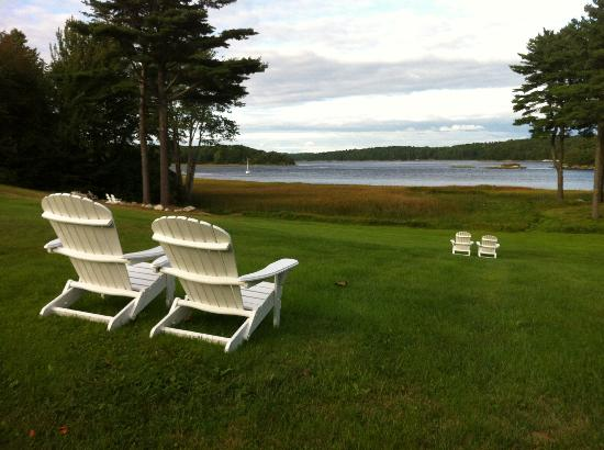 The 1774 Inn at Phippsburg: The back lawn, looking over the Kennebec River