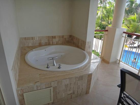 Majestic Elegance Punta Cana: Outdoor jacuzzi on balcony