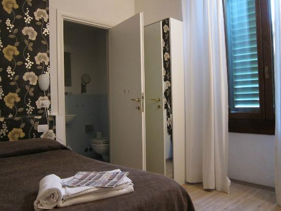 Le Seggiole: Room with en suite bathroom