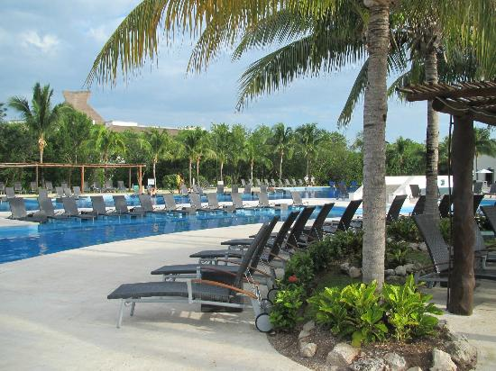 BlueBay Grand Esmeralda: pool area
