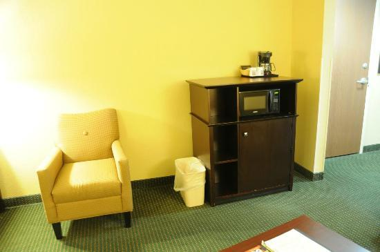 Comfort Suites Orlando Airport: Microwave and Mini Fridge in Suite