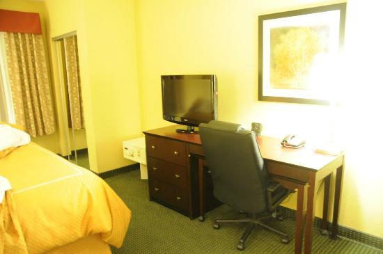 Comfort Suites Orlando Airport: Desk at Foot of the Bed