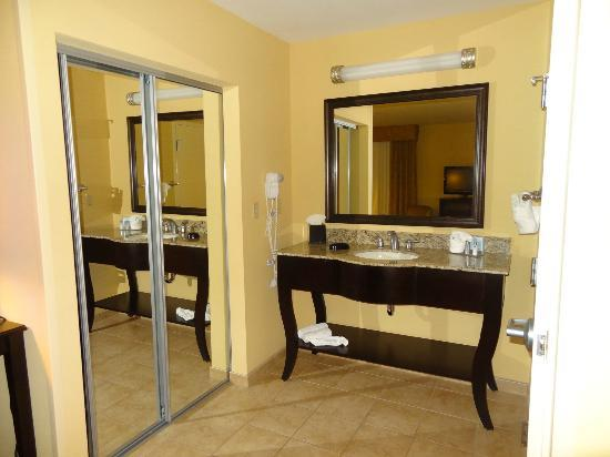 Hampton Inn & Suites Thousand Oaks: Sink area close to the closet. Room #201