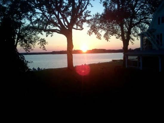 Sandaway Waterfront Lodging: Sunset from my room