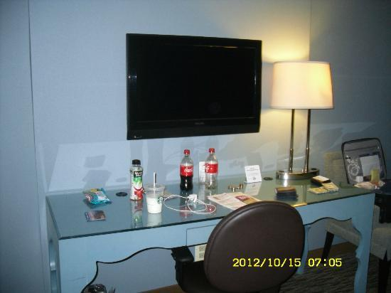 Crowne Plaza Chicago O'Hare: TV/Desk