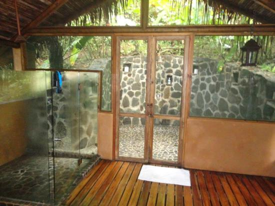Pacuare Lodge: In and outdoor shower