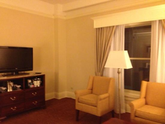 Seelbach Hilton: Room 624 Jr. King Suite Living Room