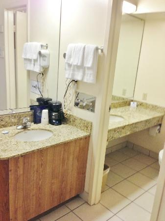 BEST WESTERN Crossroads Inn: Bathroom