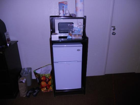 Days Inn Palm Springs: frig and microwave in room...