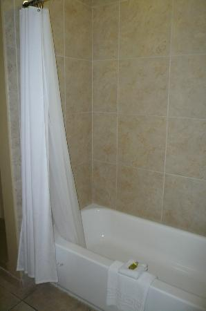 V Boutique Hotel: Nice clean tub/shower..looks new