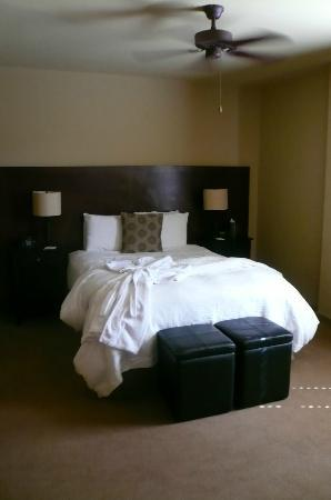 V Boutique Hotel: queen bed