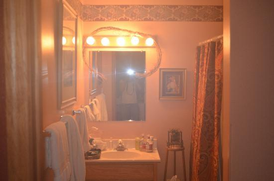 Strawberry Bed and Breakfast: The bathroom