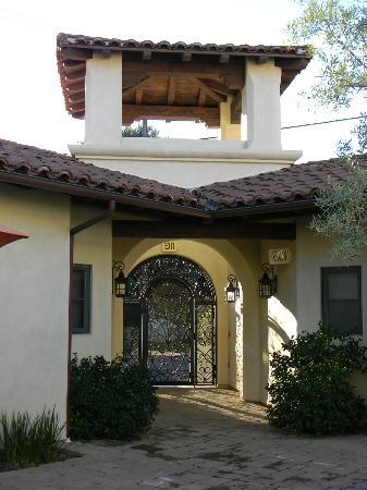 Su Nido Inn (Your Nest In Ojai): entrance into courtyard