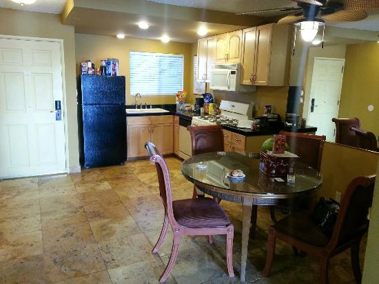 Oceanside Marina Suites: Our messy kitchen