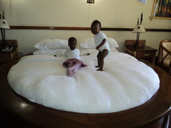 Impala Hotel: Shiru & Joyce really excited by unique bed