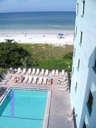 Cameron Cove: poolside and beach