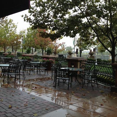 Embassy Suites Sacramento - Riverfront Promenade: Along the river