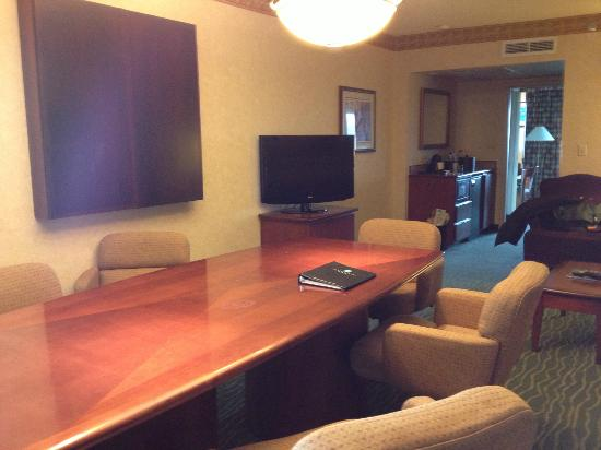 Embassy Suites Hotel Tampa-USF/Near Busch Gardens: Executive suite with conference table