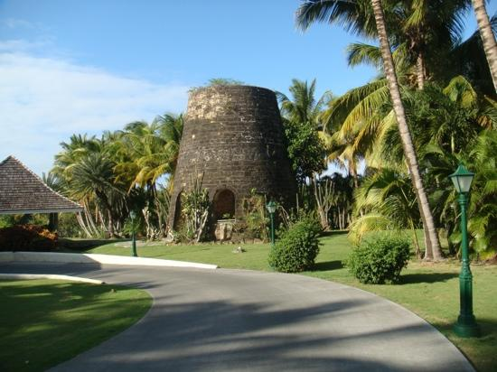 Galley Bay Resort: Sugar Mill at entrance to Galley Bay