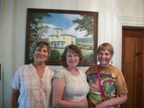 Hockman Manor House B&B: House Fraus in front of portrait of Hockman Manor House