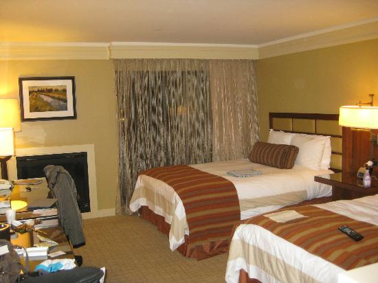 Hotel Abrego: Twin fireplace room