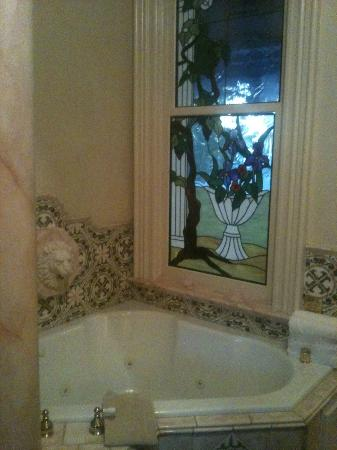 The Napa Inn: Relaxing soak in the deep jetted tub.
