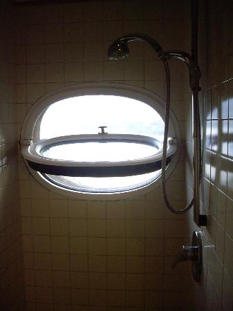 La Tonnarella: the shower in our room with open window to the bay