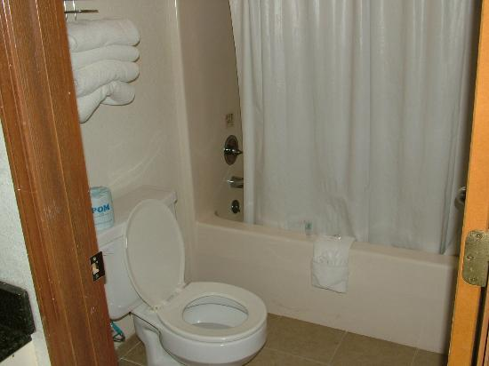 Seven Gables Inn: Bathroom