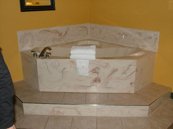 Seven Gables Inn: jacuzzi suit rm 208