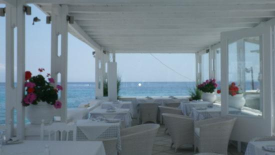 Petinos Beach Hotel: The casual 'right on the wharf' restaurant with delicious meals!