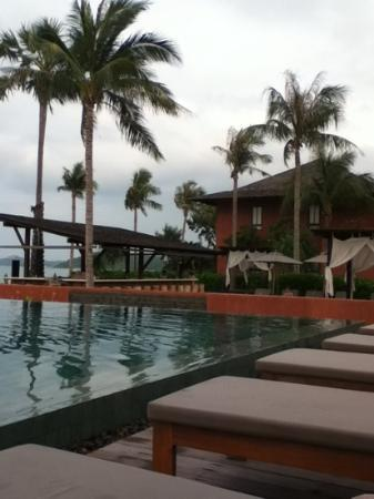 Hansar Samui Resort: pool and bar