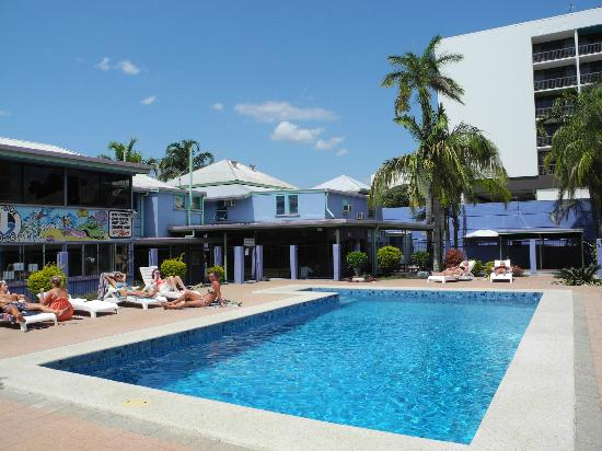 Caravella Backpackers: the pool is in the middle of the caravella