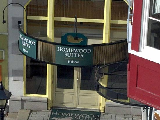 Homewood Suites Mont-Tremblant: entrance from the village