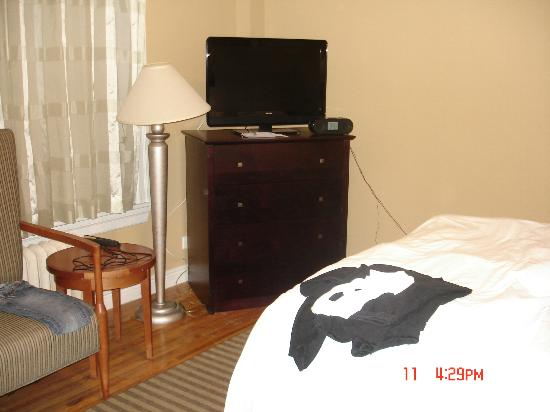 BEST WESTERN PLUS Hospitality House: we even had a TV in the bedroom