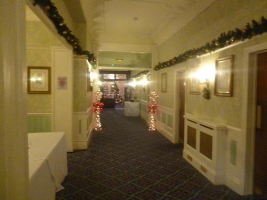 The Victoria Hotel: Hallway heading towards restaurant