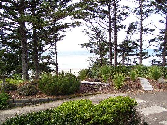 Ocean House Bed and Breakfast: Gardens overlooking the Beach