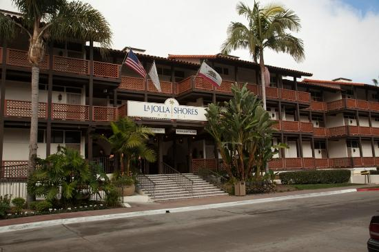 La Jolla Shores Hotel: Street view and entrance