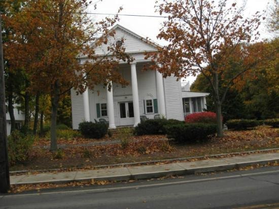 Anne's White Columns Inn: Autumn Stay