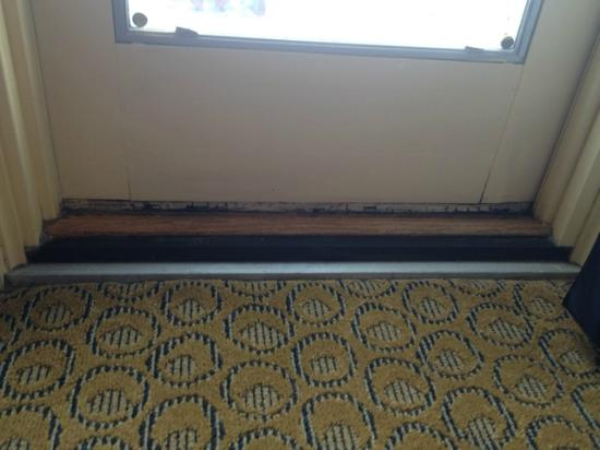Embassy Suites by Hilton New Orleans - Convention Center: Rotted door at balcony