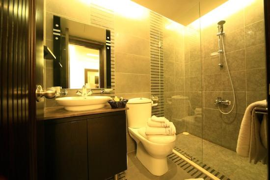 Park Lane Furnished Suites: Bathroom