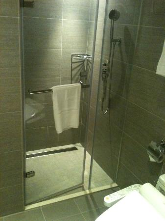 The Corner House Taipei: Ample shower area, non slip tiles, rain shower!