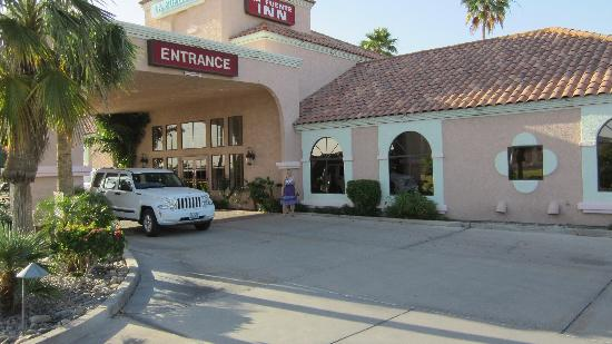 La Fuente Inn & Suites: entrance