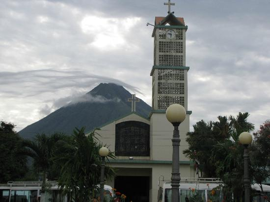 Lost Iguana Resort & Spa: The church and volcano in La Fortuna