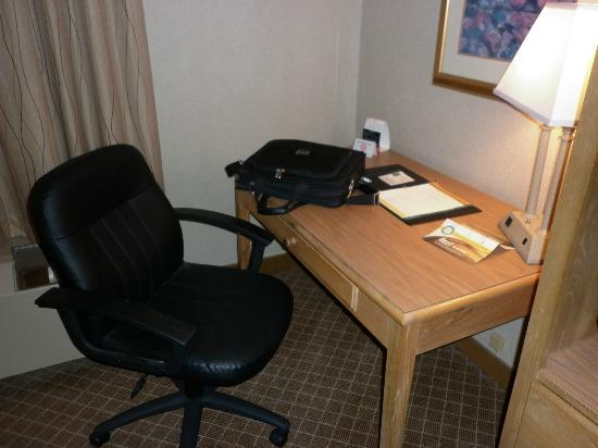 Quality Inn & Suites: Computer desk with chair Good WiFi